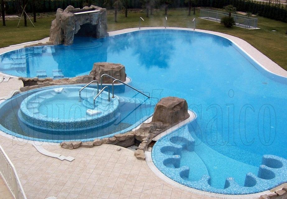 Rivestimento piscina con vasche idromassaggio relax in mosaico di vetro - Piscina in vetro ...